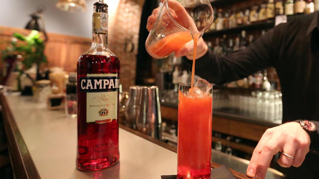 A barman prepare a