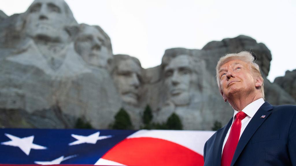 TOPSHOT-US-POLITICS-HOLIDAY-TRUMP