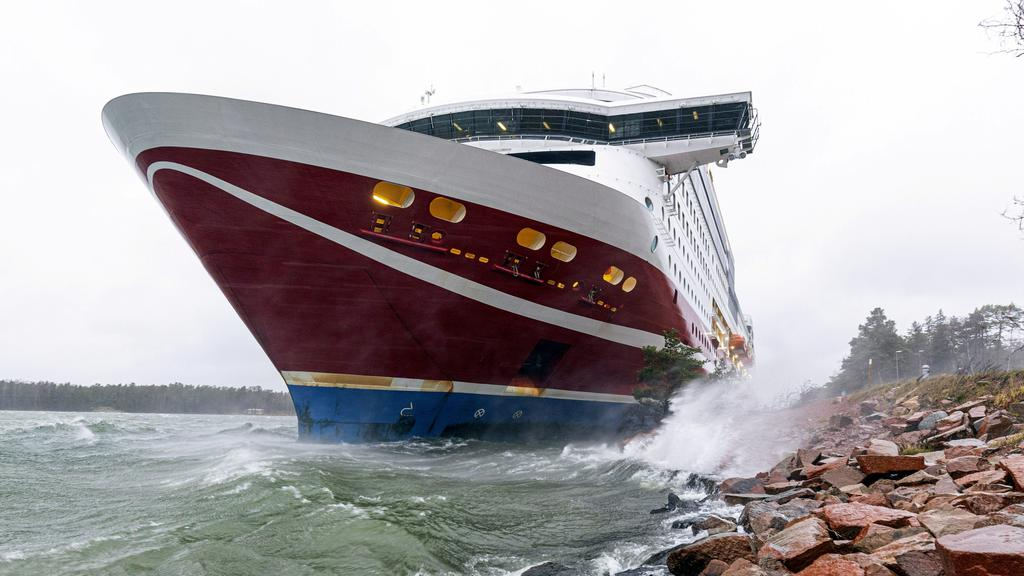 Cruise ferry Viking Grace runs aground at Mariehamn